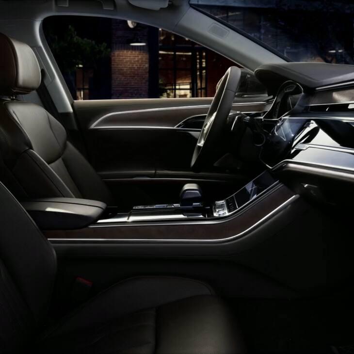 Großzügige Innenraumbeleuchtung im neuen Audi A8 L.